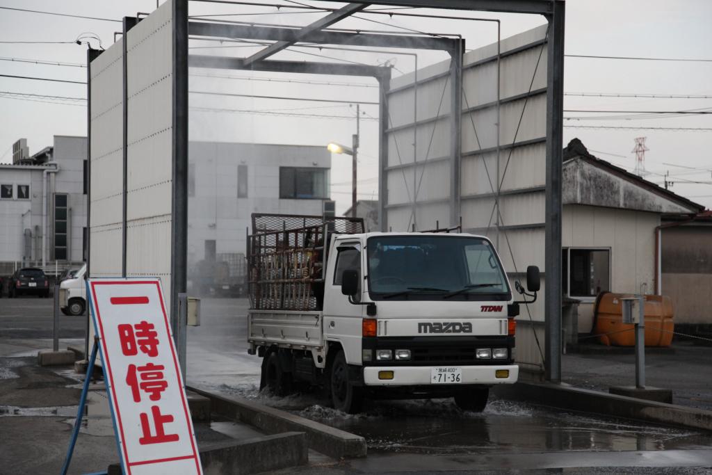 トラック搬入(家畜防疫対策)消毒の様子